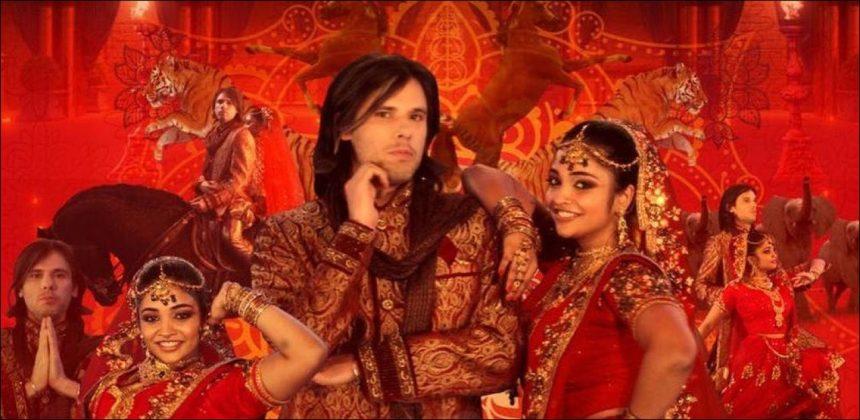 """Orelsan se met à l'heure de Bollywood dans le clip de """"Dis-moi"""" – Le rappeur normand sort un clip qu'il a lui-même réalisé sur l'univers du cinéma indien."""